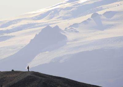 homme face au glacier d islande
